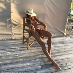 Elle Macpherson, flaunts lean legs in skimpy bikini Selfie Sexy, Elle Macpherson, Bikini Beach, Hot Bikini, Bikini Clad, Beautiful Legs, Beautiful People, Model Legs, Lean Legs
