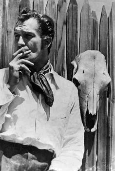 vincent price and skull Brazilian Curly Hair, Peter Cushing, Horror Movies, Horror Art, American Actors, Back In The Day, Old Hollywood, Comedians, Thriller