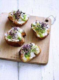 Vous pouvez déguster les pousses et les germes en salade, ou les parsemer sur des bouchées, pour un apéro sain : ici des tranches de pain tartinées de fromage frais.