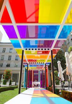 Instalação cromática e vibrante no jardim do Hotel Le Bristol em Paris por Daniel Buren;