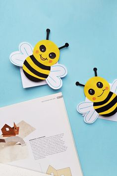 How to Make a Bee Bookmark. This cute DIY bumble bee bookmark is a great kids craft. Plus we have a free printable! Cool Bookmarks, Creative Bookmarks, Bookmark Craft, How To Make Bookmarks, Marker Crafts, Bug Crafts, Preschool Crafts, Crafts For Kids, Printable Crafts