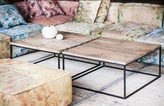 Vierkante houten salontafel met metalen onderstel. Hier ziet u een tafeltje met een nieuwe rustieke eiken blad op een zwart...