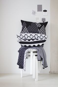 zwart wit textiel - black and white patterns - textile Nordic Design, Scandinavian Design, Contemporary Cushions, Big Cushions, Interior Styling, Interior Design, Textiles, White Pillows, Soft Furnishings