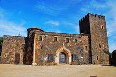 """Los jardines de Cap Roig Un castillo 17 hectáreas y más de mil de especies de todo el mundo; rincones con nombres tan evocadores y fantasiosos como """"la escalera de los Cipreses"""", el """"Jardín de la Primavera"""", o """"el Paseo de los Geranios"""" y además vistas infinitas al Mediterráneo: este fue el capricho (caprichazo) que se permitió el matrimonio formado por el Woevodsky-Webster."""