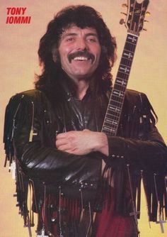 Tony Iommi-Aw he looks so happy and adorable Metal Bands, Rock Bands, Musica Metal, Geezer Butler, Afro, James Dio, Zakk Wylde, Heavy Metal Rock, Tribute