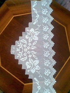 Alıntı Filet Crochet, Crochet Edgings, Yarn Crafts, Diy And Crafts, Knitting, Eminem, Home Decor, Table Linens, Crocheted Flowers