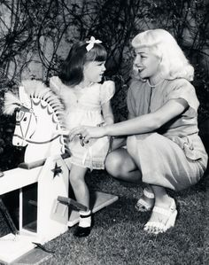 Lana Turner with her daughter Cheryl Old Hollywood Movies, Hollywood Icons, Old Hollywood Glamour, Golden Age Of Hollywood, Vintage Hollywood, Classic Hollywood, Old Film Stars, Lana Turner, Hooray For Hollywood