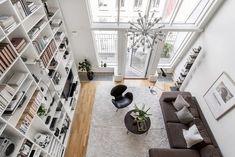 Woonkamer met een vijf meter hoog plafond
