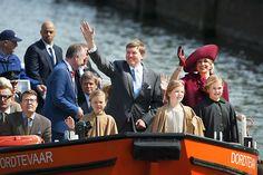 Prins Constantijn, prinses Ariane, koning Willem-Alexander, prinses Alexia, koningin Máxima en prinses Amalia (v.l.n.r.) varen over de Dordtse wateren. beeld ANP