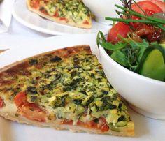 Een heerlijk quiche recept; getest & goedgekeurd door de Culy redactie! :-) 8 plakjes bladerdeeg 4 eetl Parmezaanse kaas + 4 extra voor garnering 2 dl melk 2 eieren 5 middelgrote (rijpe) tomaten 1 courgette, in blokjes (niet geschild) oven (spring)vorm(Ø 24 cm) Laat de bladerdeegplakjes ontdooien en beleg de taartvorm ermee, verwijder het overschot […]