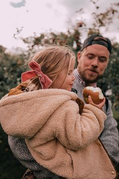 Llamas and Apple Picking - Barefoot Blonde by Amber Fillerup Clark - Motherhood & Child Photos Cute Family, Family Goals, Family Kids, Cute Kids, Cute Babies, Barefoot Blonde, How To Pose, Toddler Fashion, Family Photography