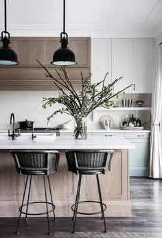Such a beautiful mix in this kitchen design by Love the wood cabinetry mixed with the woven chairs & painted cabinets. Küchen Design, Home Design, Modern Design, Design Ideas, Home Interior, Interior Design Living Room, Interior Styling, New Kitchen, Kitchen Decor