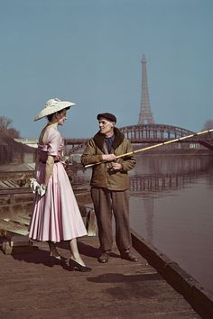 Robert Capa - Modell wearing Dior onsdag the banks ofte the Seine, Paris. 1948