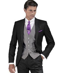 Abito nero camicia bianca cravatta viola