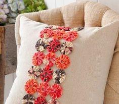 sewing cushions Yo Yo Band Pillow - Make it Coats - Sewing Pillows, Diy Pillows, Sewing Box, Love Sewing, Easy Sewing Projects, Sewing Crafts, Yo Yo Quilt, Quilting, How To Make Pillows