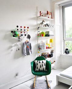 Cadeira de balanço Eames RAR, não tem como não amar - objeto de desejo para um quarto infantil!