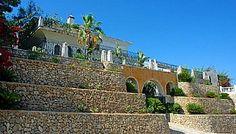 se vende Maravillosa villa de lujo construida en la fantástica urbanización de Bendinat,con unas vistas impresionantes a toda la bahía de Palma,al mar por un lado y por el otro a las montañas. La villa está construida muy artesanalmente.. mundocasagroup@gmail.com +34872980381