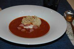 ganske enkelt: Tomatsuppe med parmesanchips og pølsebiter