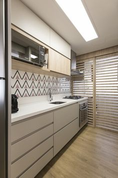 Cozinha compacta em tons claros e neutros