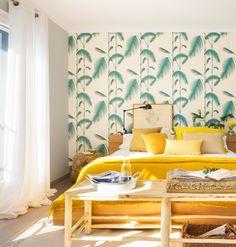 En el dormitorio Cama de Mobles Palafrugell, papel pintado en de papel pintado.es y banqueta de La Maison.