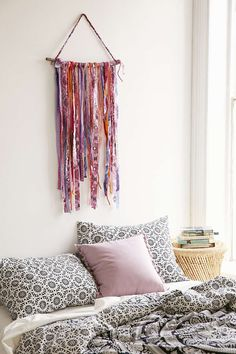 Small pieces of fabrics, a branche and you get a cute wall decor for your room !  ♡