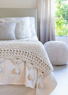 Crocheted edge to knit blanket inspiration We are want to say thanks if you like to share this post to another people… Crochet Decoration, Crochet Home Decor, Crochet Afgans, Knit Crochet, Designer Bed Sheets, Arm Knitting, Handmade Furniture, Knitted Blankets, Beautiful Crochet