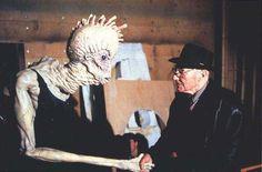 'EL ALMUERZO DESNUDO' (D. CRONENBERG, 1991)  William S. Burroughs, autor de la novela que adaptó Cronenberg saludando al insecto protagonista.