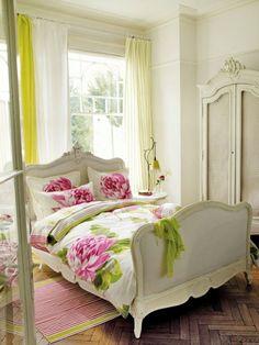 deko-element an der wand und lila gardinen und wandfarbe im ...