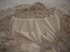 Basé à New York, Calvin Seibert est un artiste qui réalise des châteaux de sable géométriques. Nous vous avions déjà présenté son travail (pour retrouver l