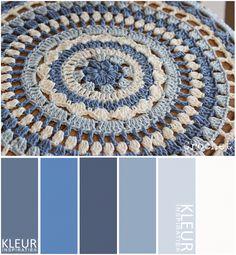 CROCHET+-+Kleurenpalet+blauw+en+gebroken+wit.+Hoesje+haken+in+tinten+blauw+voor+een+krukje.