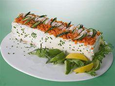 Voileipäkakut kuuluvat suomalaiseen juhlapöytään. Lohivoileipäkakku on pöydän varma suosikki, joka valmistuu yksinkertaisista, mutta maistuvista raaka-aineista. Salty Foods, Sandwich Cake, Cheesecakes, Avocado Toast, Salad Recipes, Appetizers, Meals, Baking, Breakfast