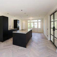 """Keukenloods.nl on Instagram: """"Wederom een prachtige zwarte keuken 😍! In combinatie met zwarte deuren en een visgraat vloer... we love it! ❤️🔥 @keukenloods #keukenloods…"""""""