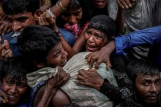 Segélyszállítmányba kapaszkodó rohingja menekültek
