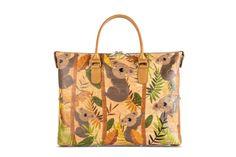 Handtasche aus Korkstoff «Koala». Per Knopfdruck einfach verwandelbar in 3 verschiedene Taschenformen. Aus natürlichem Korkstoff. 100% nachhaltig, 100% fair! Handgefertigt in Portugal. Deine Damenmode für den Frühling. www.korkeria.ch #kork #korktasche #handtasche #damentasche #3in1 #koala Portugal, Tote Bag, Bags, Cool Patterns, Pocket Pattern, Random Stuff, Handmade, Handbags, Fashion Women