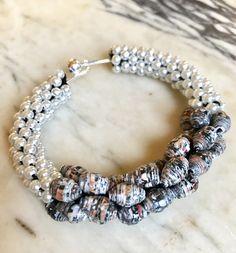 Bracciale rigido realizzato con piccole perle color avorio e perline di carta riciclata color effetto leopardato, Gioielli artiginali by YouFeelGoodToday on Etsy