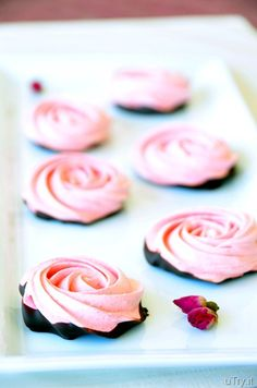 These Chocolate Dipped-Strawberry Meringue Roses are crisp, airy and flavorful. They are almost too pretty to eat, almost! :) These are perfect Valentine's Day treats! Strawberry Meringue, Strawberry Dip, Strawberry Wedding, Cookie Recipes, Dessert Recipes, Chocolate Dipped Strawberries, Meringue Cookies, Macarons, Pavlova