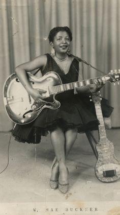 Willa Mae Buckner • Blueswoman, danseuse de burlesque et charmeuse de serpents • Photographe et date inconnues