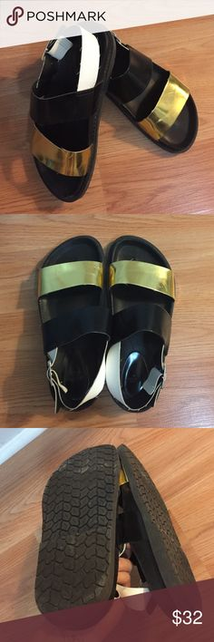 Zara sandals Flat sandals super comfy. very nice with pants, skirts or even skinny jeans. Size 7 Zara Shoes Sandals