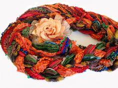 Cachecolar trançado com fios em acrílico, fitas e fios em algodão bem coloridos,