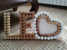 Cornice per foto personalizzata con i tappi di sughero Cork Letters, Pebble Pictures, Arts And Crafts, Diy Crafts, Welcome Baby, Holiday, Christmas, Scrapbook, Cool Stuff