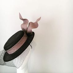 The ascot boater - a bespoke mini black boater wrapped in nude leather band with wired bow and a hint of black veiling. Fascinators, Headpieces, Diy Fashion Projects, Race Wear, Races Outfit, Crazy Hats, Races Fashion, Boater Hat, Wedding Bows