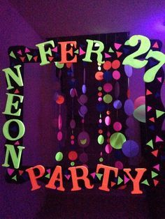 I like the hangy things Glow In Dark Party, Glow Party, Neon Birthday, 13th Birthday Parties, 10th Birthday, Diy Festa Neon, Glo Party Ideas, Blacklight Party, Skate Party
