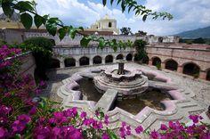 La Antigua Guatemala - Fuente del Convento de Nuestra Señora de La Merced, en forma de nenufar y la mas grande de Guatemala