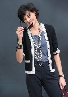 Take a cue from French Chic Fashion sensation Ines De La Fressange, learn how to layer necklaces like a pro with Parisian style inspiration. Mature Fashion, Fashion Over 50, Work Fashion, Paris Fashion, Fashion Jewelry, Casual Chic, French Chic Fashion, French Women Style, French Chic Style