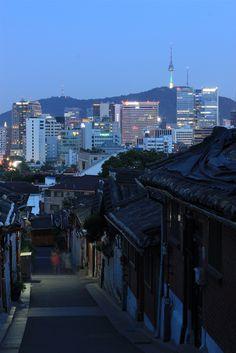 ❤ ❤ Südkorea, Bukchon von Yun Chung – ✿💘 Perihan 💘✿ – Join the world of pin Aesthetic Korea, Night Aesthetic, City Aesthetic, Travel Aesthetic, Japanese Aesthetic, South Korea Photography, Korean Photography, South Korea Seoul, South Korea Travel