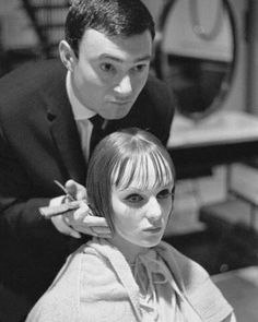 The world's most famous hairdresser talks shop to The Hollywood Reporter magazine as his bio-documentary 'Vidal Sassoon: The Movie' hits theaters. Vintage Hairstyles, Cool Hairstyles, Famous Hairdressers, Vintage Hairdresser, Lesbian Hair, Brian Duffy, Best Hair Stylist, 70s Hair, Mia Farrow