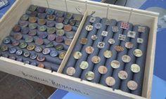 expositor de anillos con una caja de vino y tubos de gomaespuma, de la que recubre las tuberías de agua