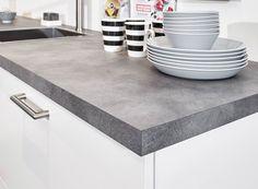 Witte keuken met kunststof werkblad in beton-look. Mooie combinatie met witte fronten in landelijke stijl. Bekijk meer foto's, gegevens en prijzen op onze website. #beton #aanrechtblad