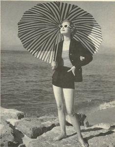 Grace Kelly on the beach Casual style and striped umbrella/parasol. Fashion Art, Retro Fashion, Vintage Fashion, Beach Fashion, Moda Vintage, Retro Vintage, Vintage Swim, Vintage Travel, Vintage Black