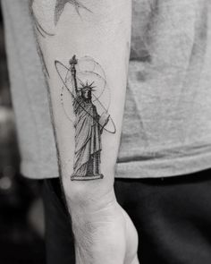 Statue of Liberty tattoo by the legendary Dr. New York Tattoo, Nyc Tattoo, World Tattoo, Future Tattoos, Tattoos For Guys, Chicano, Statue Of Liberty Tattoo, Dr Woo Tattoo, Tatto Ink